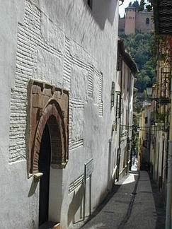 10- Calle y casa morisca en Granada.